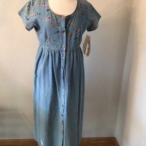 Beautiful Studio Ease Vintage floral button down denim dress